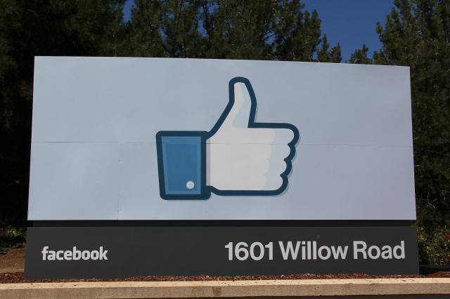 Facebook-Logo am Hauptquartier in Menlo Park - Foto: Christoph Dernbach